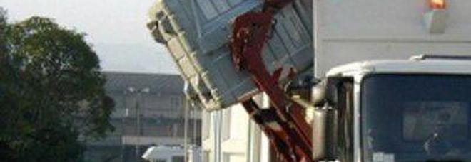Camion dei rifiuti in retromarcia travolge e uccide donna 55enne