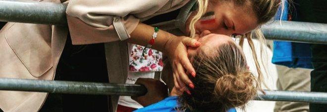 Aurora Galli, il bacio saffico dell'azzurra manda il web in delirio. Ma quella ragazza è la sorella