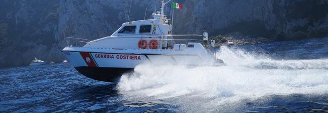 Si addormenta sul materassino, la corrente lo porta dalla Calabria alla...Sicilia
