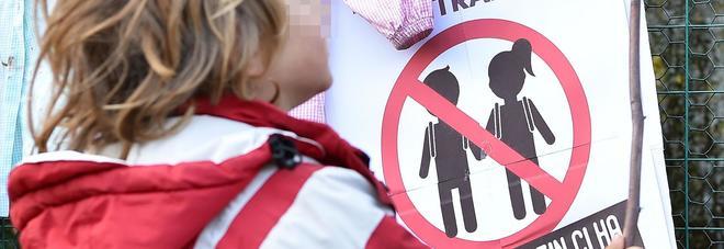 Bimba esclusa all'asilo, genitori free vax in piazza: «Noi discriminati»