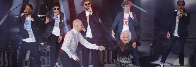 """Inglese, 83 anni: ecco chi è la """"nonna che balla"""" de Lo Stato Sociale Video"""