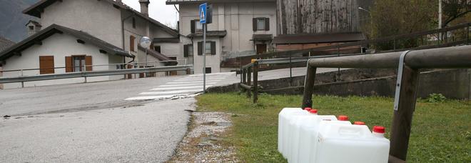 Rivamonte Agordino: l'acqua nelle taniche