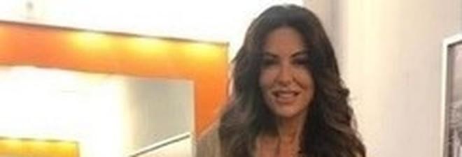 Amici Speciali, lo show di Sabrina Ferilli con flessioni pazzesche: a 55 anni ha il fisico di una ventenne
