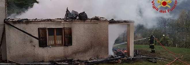 Rogo devasta una casa: l'incendio fermato prima che arrivi al bosco