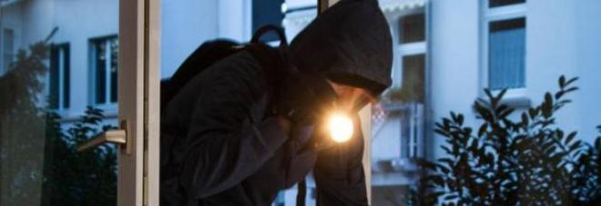 Si arrampicano sui tubi del gas ed entrano in casa: allarme ladri acrobati /I consigli della polizia