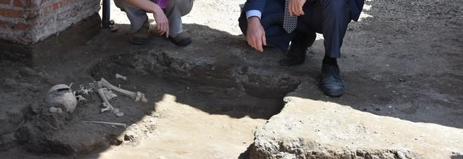 Pompei, ritrovato scheletro di un bambino nel Scavi: stava cercando di sfuggire all'eruzione del Vesuvio