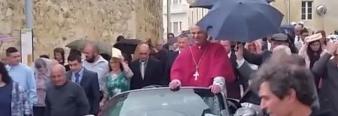 Arcivescovo sulla Porsche trainata da 50 bambini bufera sulla processione