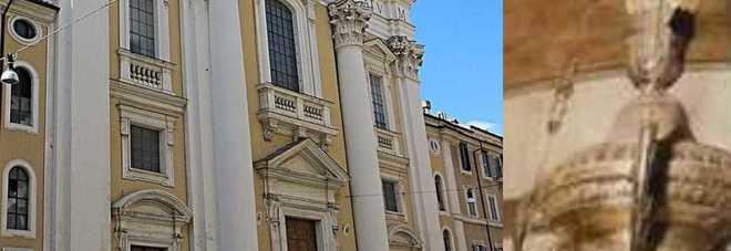 Roma, colpo grosso in basilica: rubato un prezioso lampadario del '600 in Via Del Corso