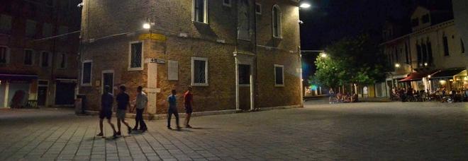 Scatenato a Venezia: rapina il venditore di rose, sale sul palco, canta e fa acrobazie