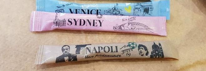 """«Napoli vive pericolosamente»: le bustine di zucchero """"razziste"""" con il Padrino, Maradona e la pistola"""