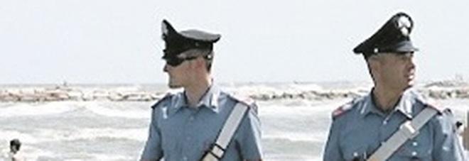 Ancona, la spiaggia libera come una casa: clochard scacciato e multato