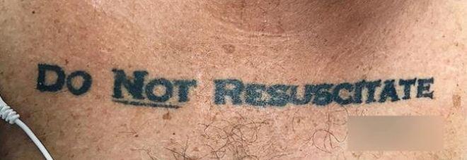 Arriva in ospedale con scritta tatuata: «Non rianimare». Medici rispettano la sua volontà