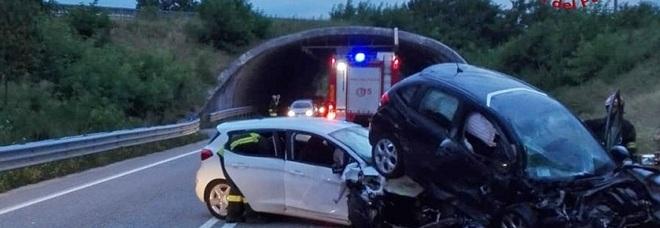 """Frontale tra auto sulla """"bretella"""":  una finisce sopra l'altra, 4 feriti"""
