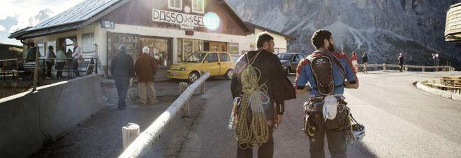 Passo Sella, scatta il numero chiuso  stop a moto e auto se non elettriche
