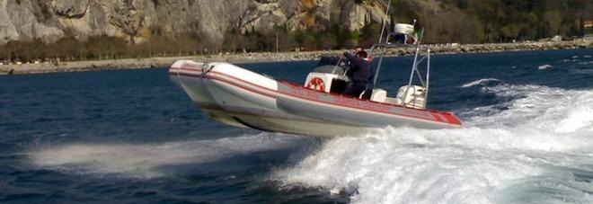 Il motore va in avaria: la barca  rischia di schiantarsi sugli scogli