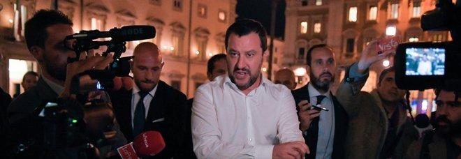 Salvini: «Polizia sui treni per cacciare chi non paga. Negozietti etnici chiusi entro le 21»