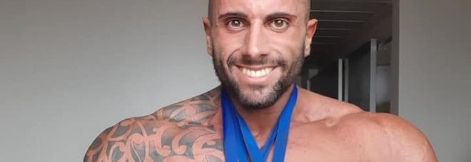 Body builder muore a 23 anni nella stanza d'hotel dopo la gara. Lo trova la fidanzata 44enne