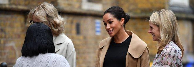 Meghan molto incinta al centro per l'impiego: il suo look costa 4mila sterline
