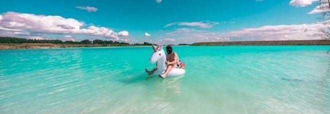 Il lago turchino diventa virale su Instagram, ma l'acqua è tossica: «Se ci cadete è impossibile uscirne»