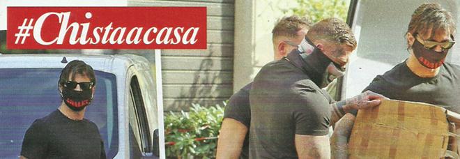 """Fabrizio Corona, trasloco di casa in tempo di coronavirus con la mascherina """"estetica"""""""