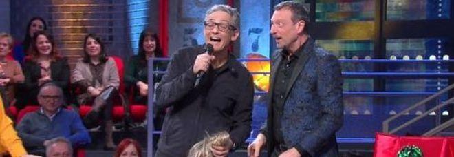 Fiorello, scherzo in diretta ad Amadeus a 'I soliti ignoti': «Sanremo si chiude stasera»