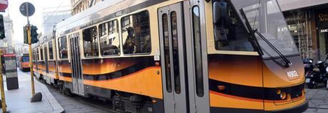Tram investe pedone che stava attraversando: gravissimo un uomo di 39 anni