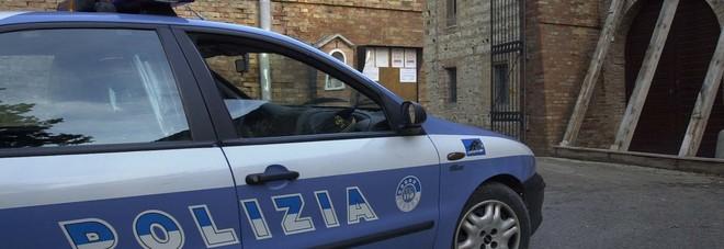 Pedina le vittime fino alla prima sosta e ripulisce le loro auto: arrestato