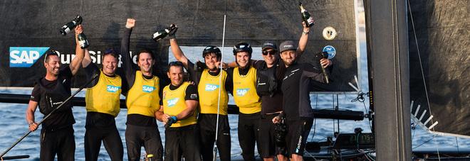 l'equipaggio di SAP Extreme Sailing Team con al centro il napoletano Pierluigi De Felice