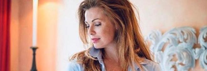 Vanessa Incontrada sexy su Instagram: camicia da uomo sbottonata sul letto. Fan estasiati: «Toglitela»