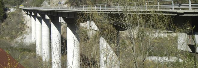 Giovane ricercatore universitario  si lancia nel vuoto dal Ponte Cadore