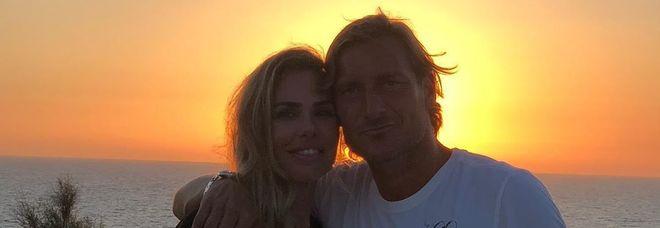 Francesco Totti, la foto al tramonto con Ilary Blasi: «Sempre con te». I fan notano un dettaglio: «Sei un romanticone»