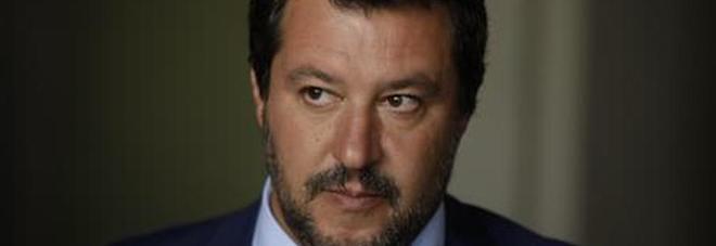 Salvini, per il pm è colpevole di squestro di persona: «Rischio 15 anni di carcere, è una vergogna»