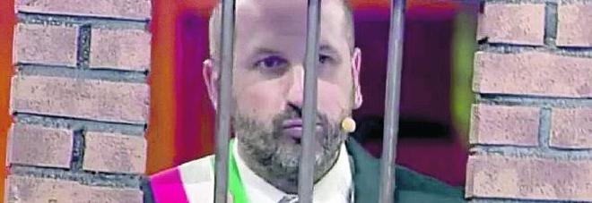 """Bonolis """"sfotte"""" il paese di Cencenighe in tv: «Nessuno fa il sindaco perchè si guadagna poco»"""