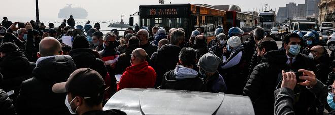 Campania zona rossa, la rivolta dei ristoratori: occupato il lungomare di Napoli