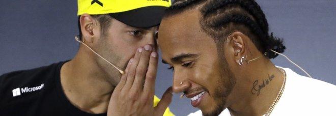 Daniel Ricciardo e Lewis Hamilton scherzano durante la conferenza dei piloti che precede il gp di Silverstone