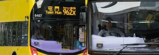 Taglia i capelli sul bus ad una ragazza perché erano ...