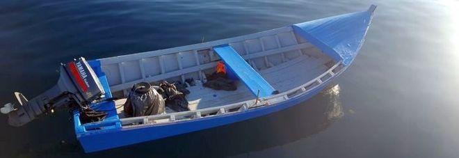 Ruba il barchino dei migranti appena sbarcati, 64enne bloccato da carabinieri e polizia