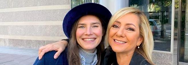 Amanda Knox e Lorena Bobbit insieme al Festival del crimine: «Siamo esseri umani e ci supportiamo»