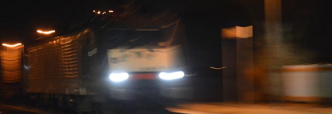Tragedia nella notte: ragazzo  di 19 anni muore travolto dal treno