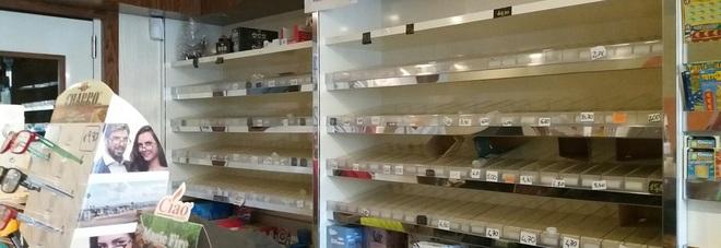 Sigarette, slot machine grattini e caramelle: i ladri prendono tutto