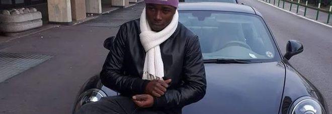 Porsche, collane d'oro e vestiti firmati: nigeriano violentava ragazze giovanissime
