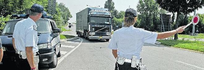 Camionisti scellerati: 15 ore di fila  alla guida del tir grazie alla calamita