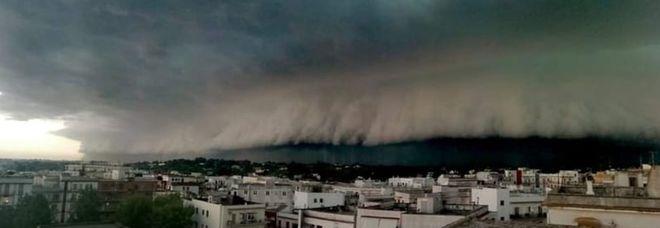 Shelf cloud, è incubo. «Arriva uno tsunami», grandine e nuvole come onde giganti