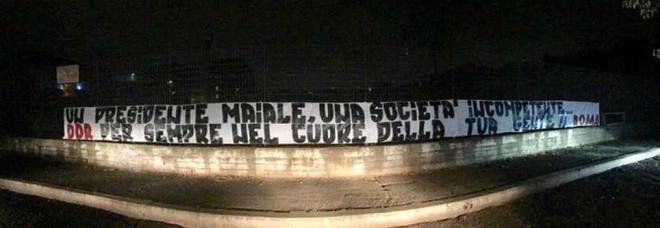 De Rossi via dalla Roma, nella notte gli striscioni contro Pallotta: «Presidente maiale, società incompetente»