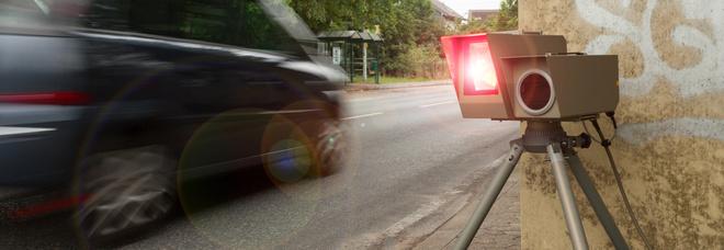 A 160 km/h in pieno centro crea il panico incurante di semafori e autovelox. Chi c'era al volante? La scoperta lascia la polizia incredula