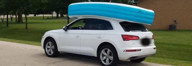 Dimentica i figli nella piscina gonfiabile sul tetto dell'auto in movimento: madre arrestata