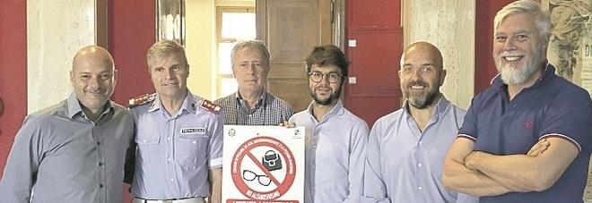 Sigarette e ambulanti in spiaggia: i cartelli di divieto ci sono, in arrivo le multe