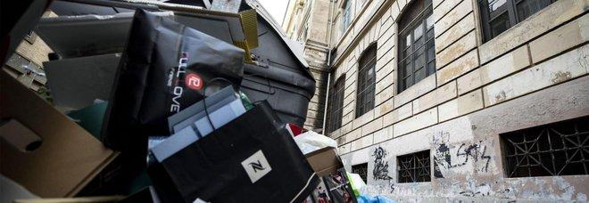 Caso rifiuti davanti a scuole, la Grillo gela Raggi: «Il Comune pulisca»