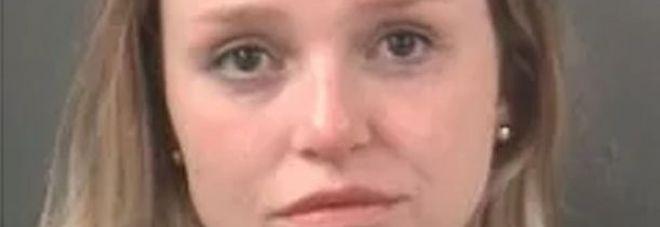 Sesso con due studenti minorenni, la supplente hard arrestata a scuola