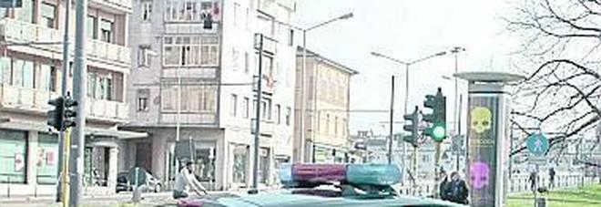 Strage di fanali e specchietti delle auto in sosta e tracce di sangue sull'asfalto